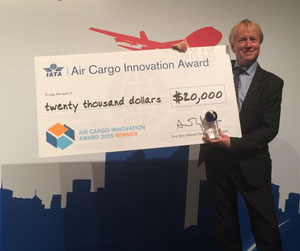 CHEP Director Floris Kleijn proudly presents the prize money of 20,000 dollars  /  source: CHEP