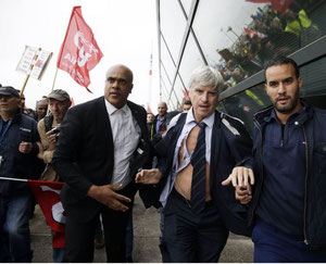 Air France Manager escaping rampaging unionists