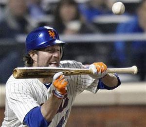 Nella foto R.A. Dikey, ex lanciatore dei Mets che tenta un bunt