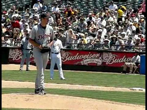 Nella foto Justin Verlander dei Detroit Tigers; come da regolamento esegue il primo passo indietro con il piede libero.