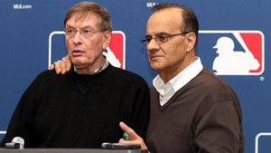 Joe Torre (dx) e il commissioner Bud Selig (sx) (AP Photo/Marcio Jose Sanchez)