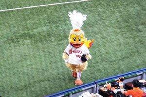 Osamu Shimano negli abiti della mascotte degli Orix Bravie