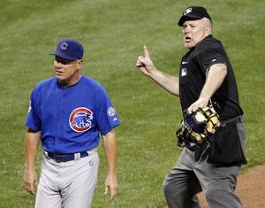 Nella foto l'arbitro Bob Davidson espelle  Mike Quade manager dei Chicago Cubs