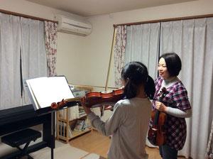 うすだ音楽教室でバイオリンレッスンを受ける中学生の女の子