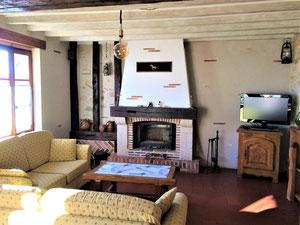 Salon avec cheminée.