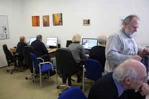 Raum mit fest installierten PCs