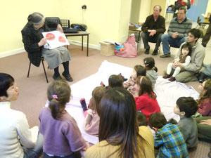ICBA の森嶋さんが読み聞かせをしてくださいました。子どもたちはみんなじっと集中して聞き入っていました。