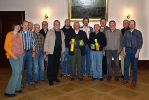 Jubilare und Vorstand im Rittersaal des Schlosses