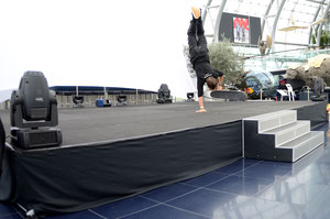 One.Armed Handstand, Guenter Mokulys, Red Bull Hanger 7.
