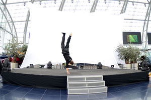 One-Armed Handstand, Guenter Mokulys, Red Bull Hanger 7.