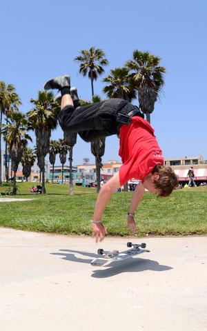 Handstand-Kickflip. www.skateboardbusiness.de
