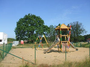 Cäcilieneiche mit Spielplatz