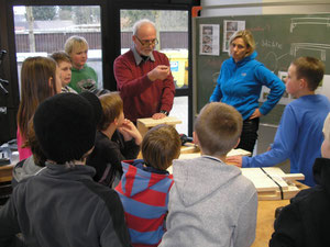 Gebannt lauschen die Kinder den Erläuterungen von Werklehrer Gerold Dmitriev, Foto G. Lüerßen