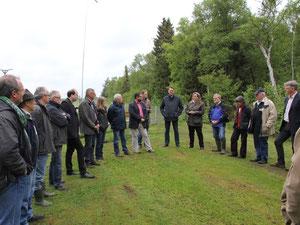 Landwirtschaftsminister Meyer (5. von links) mit Verbands- und Behördenvertretern auf dem Modellflugplatz im Hankhauser Moor, Foto S. Lorenz