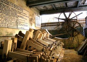 Salle des piles à maillets du moulin de Vallis Clausa