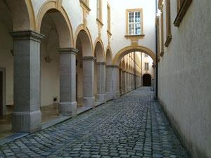修道院の中庭通路