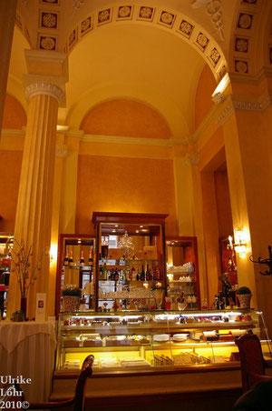 Kuchentheke und Innenraum Cafe Central