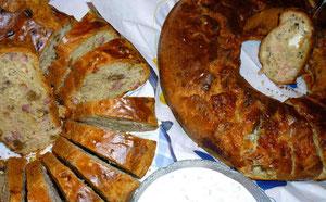 herzhafte Gugelhupfe mit Speck und Zwiebeln links, mit Lachs und Mozzarella rechts, Kräuterdip vorn
