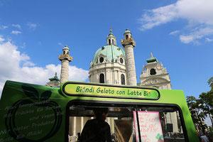 Fotocredit: Manfred Werner; Eisverkaufswagen auf dem Karlsplatz, dahinter die Karlskirche in Wien, Österreich.