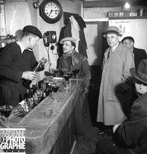 Consommateurs au comptoir en 1945