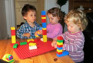 Die Kinder bauen mit Duplo