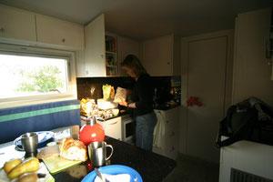 Küchenbereich mit Durchgang zum Bad