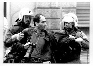 Bildlegende:  Der Autor machte schon früh Bekanntschaft mit der schweizerischen Form der Pressefreiheit: Hier bei einer Festnahme als er als Reporter über die Räumung eines besetzten Hauses durch zürcherische Anti-Terror-Einheiten   berichten wollte