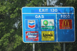 Schild an der Autobahnausfahrt