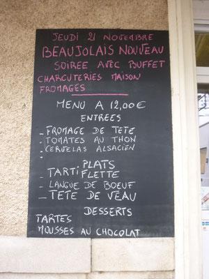 un menu ecrit à la craie sur un tableau noir:ça sens bon la cuisine de grand mère