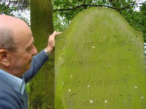 2004 schon hat Jose Hammerschlag am Grab eines seiner Vorfahren auf dem jüdischen Friedhof in Rehburg gekniet.