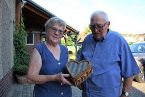 Luise und Heinrich Volkewien erinnern sich aus ihren Kindertagen an das Lager im Rehburger Forst. Das Nähkästchen von Lise Volkewien hat ein russischer Kriegsgefangener angefertigt.