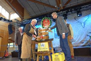 Festwirt Albert Zollbrecht zapft das erste Fass Glossner-Festbier an