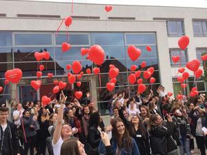 Vor der Mittelschule Weinberger Straße wurden 150 Luftballons um 12.50 Uhr von Schülern und Lehrkräften  in die Luft gelassen. Foto: Cornelia Schneck