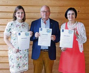 Der Vorstand der Bürgerstiftung Sophie Stepper, Helmut Rauscher und Vera Finn (v.l.) freut sich über die hohe Auszeichnung.