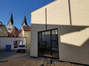 Das Amt für Kirchenmusik zieht um: Blick auf den Probensaal und das umgebaute Gebäude im Hintergrund. (Foto: Norbert Staudt)