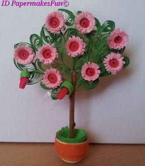 Miniaturbäumchen mit Blüten und Knospen