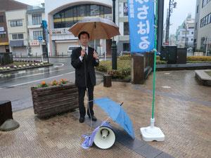傘とタオルでマイクを保護して…