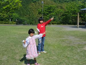 紙飛行機で遊ぶ娘(5歳)と息子(10歳)