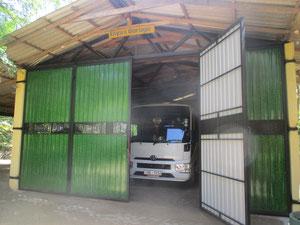 Eliya´s Schulbus und Tuck- Tuck in der Garage