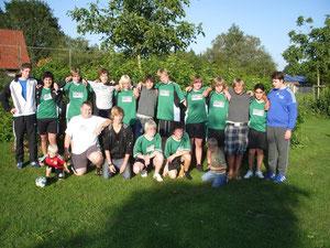 Nach dem erfolgreichen Trainingswochenende ließen die Handballer bei Sonnenschein den Tag locker ausklingen.