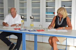 Die Vereinsvorsitzenden Irene Träxler und Josef Schönhammer besiegeln mit der Vertragsunterschrift die Stärkung der grenzüberschreitenden Arbeit beider Vereine.