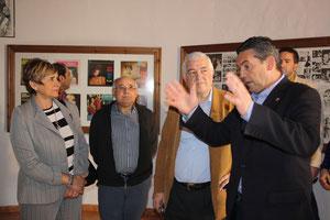 D.Abel Moreno y su mujer, acompañados por nuestro presidente, escuchan las explicaciones de nuestro Alcalde.