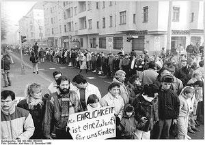 Herbst 1989 - Menschenkette in der Dimitroff- E. Greifswalder Straße, Quelle: Bundesarchiv