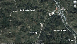 La photo ci-dessous, prise à moins de 2 km d'altitude, permet de comparer l'emprise de la Grande Muraille, d'une ligne de trains et d'une autoroute sur un même terrain de 900 m²
