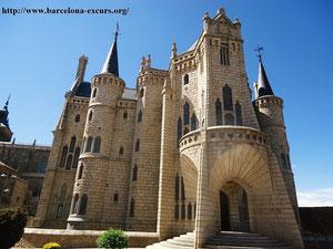 Епископский дворец в Асторге - главный портал