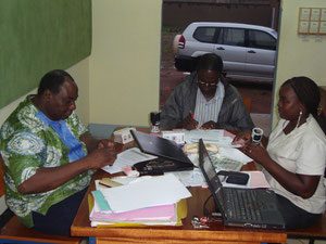 Endabnahme der Mauer; v.l.n.r.: Bernard Zongo (Vors. ATTous-Yennenga), Joseph Bouda (Vertreter des Bauunternehmens), Gertrude Ouedraogo (Koordinatorin CFIAM Koudougou)