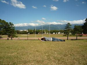 ご注意:厚着をしないと芝がチクチクします。また私のような・・・中高年の方は、目を回し吐き気を催すことがあります。