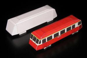 Die beiden wichtigsten Schritte meiner Papiermodelle: Machbarkeitsstudie des künftigen Papiermodells im Hintergrund und Mustermodell hergestellt aus dem letzten Bastelbogenausdruck vor der Druckfreigabe im Vordergrund.