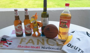 Verschiedene Getränke und Basketball-Fanartikel