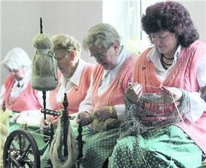 Die Landfrauen am Spinnrad